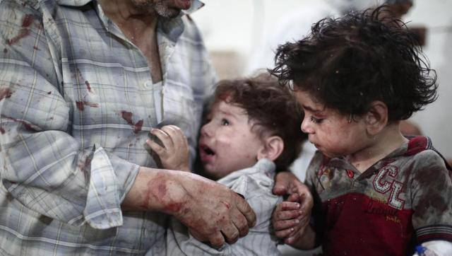 アメリカやフランスなど有志連合による空爆の恐怖の下で逃げ惑うシリアの子どもたち。ロイター通信
